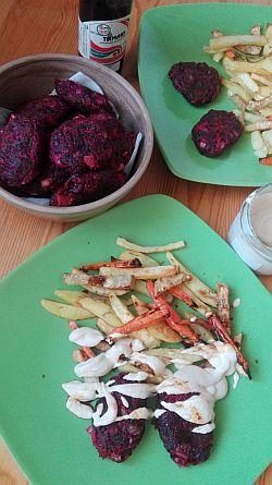 Cviklové kofty s pečenou zeleninou a domácou tofunézou